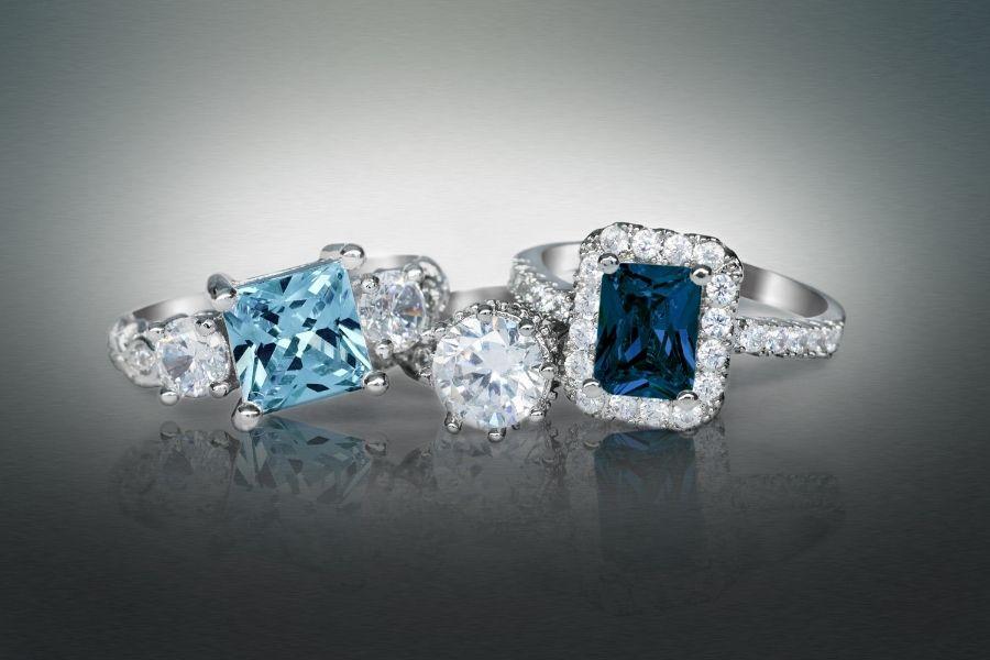 plusieurs bagues en argent diamant et pierres precieuses